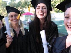 BFF - proslavu mature sa lezbejski seks u troje, tinejdžeri proslavlja njihovog školovanja po vodi ispostavilo se lizanje, trljanje i gura prste svoje usko, roze, teeny pičkice! Oni ga dovršiti s poljupcem tri puta do kraja njihov dan diplomiranja na prav