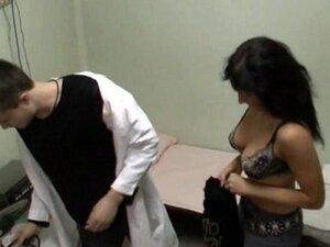 Ova sestra sa, ta sestra sa punom viri sisa mogao pucati ako njen šef saznao da se jebala sa svojim pacijentom u sobi za FIZIOTERAPIJSKE! Uživajte špijun snimak sa uspaljena cura voze tip i uzima njegov kurac od pozadi!