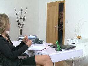 Plava model prst jebe ženski agent, 22 godine star plava Euro model nakon kastinga intervju sa seksi brineta ženski agent prst jebe agenti pice na kauču