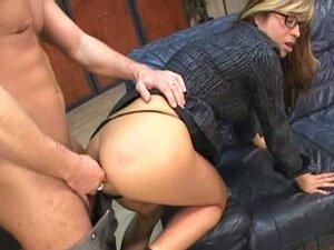 Lupa sisata sekretarica sa naocarima na sofu kancelarije