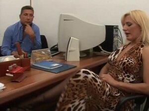 Dlakave italijanski analni i mokrenju u kancelariji