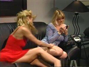 Најбоље порно звезде Деби дијамант и Стејси Николс у фантастичној мастурбацији, лезбејски порно видео. Две лезбијске Плавуше, Деби Диамонд и Стацеи Ницхолс, љубе се на свом кожном каучу, скидајући врхове како би сисали брадавице једни другима док не поста