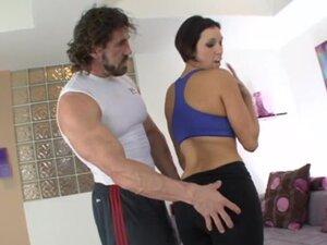 Sportski brineta sa Bujni telo sjebe na fitnes lopti