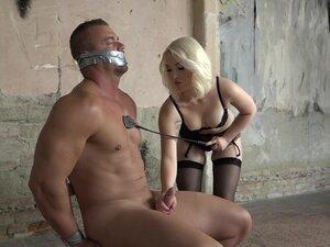 Bledo plavuša MILF gospodarica Lovita sudbina je zloupotrebljava njen muški rob u vezi s-Lovitom sudbinom