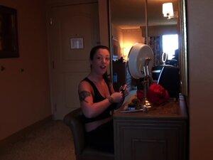 Мелина Масон ужива у Стилу Пса у хотелској соби са дуде-Мелина Масон