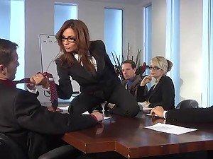 U troje sa crvenokosom Kirsten Price u kancelariji pre za noć orgije