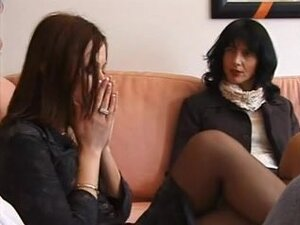 Analni seks i tretman lica u jedan seksi italijanski ffm video, dva primamljiv lezbijske prijateljice su bili u raspoloženju za kurac. Obdareni italijanske gent kresnula njihove kolacice i dao im tretman lica kasnije u ovaj klip ffm.