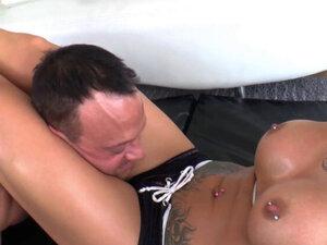Gospodarica sa mastilom je probušila svog poslodavca. Тетовирана госпођа са пирсингом у брадавицама избушеним њеним покорним