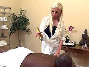 Plava maserka Giselle Mone jebe veliki crni kurac od klijenta