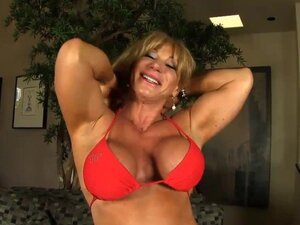 Bikini model fitnes rastavlja i prst povali.