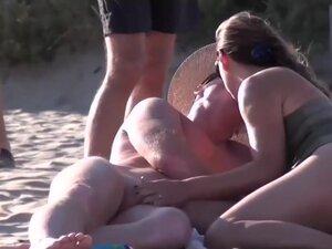 Drolje na plaži u moj amaterski voajer porno klip, da bi ovaj seksi amaterski oralni seks video stvarno gadan, sam uzeo moj fotoaparat i snimano kurva sisa kurac na plaži nudista.