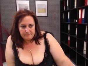 Zreli kamere seks predstava bucmast drolja sa velikom guzom, bucko zrele drolja u seksi crnu haljinu na projekciju seks Web kameru. Ona je skinula njene velike sise i veliko dupe.