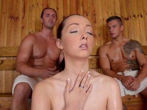 Lucie Wilde deli sauna sa dva zgodna momka