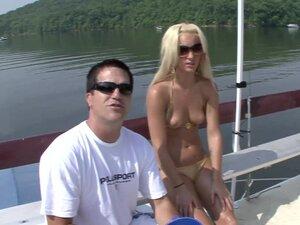 Divno amaterski kaubojke u bikinijima uziva u seksi brod zabavi