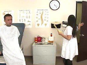 Sisata i seksi doktor spasava veliki kurac od kineska zamka za prste
